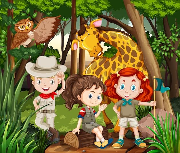 Crianças e animais selvagens na floresta Vetor grátis