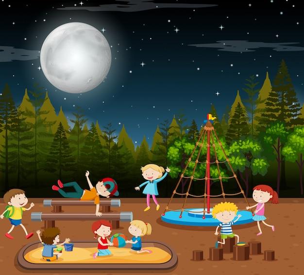 Crianças, em, parque, noturna, cena Vetor grátis