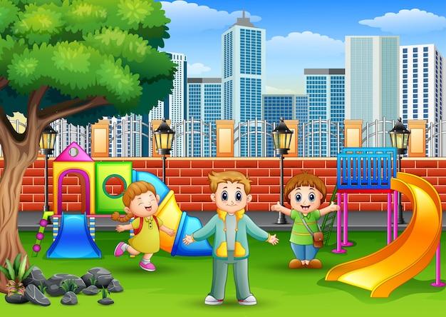 Crianças felizes brincando em um parque público Vetor Premium
