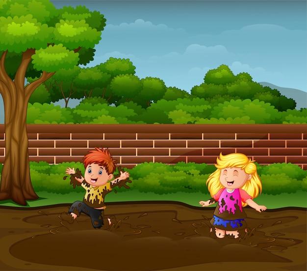 Crianças felizes brincando na lama Vetor Premium