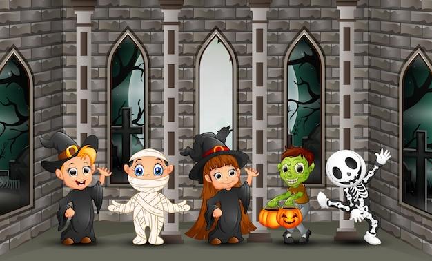 Crianças felizes de desenhos animados com dia de halloween Vetor Premium