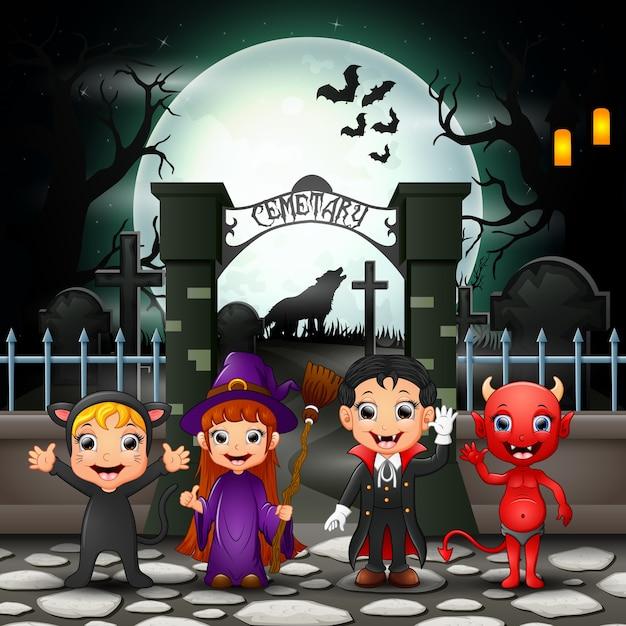 Crianças felizes de desenhos animados com fantasia de halloween Vetor Premium