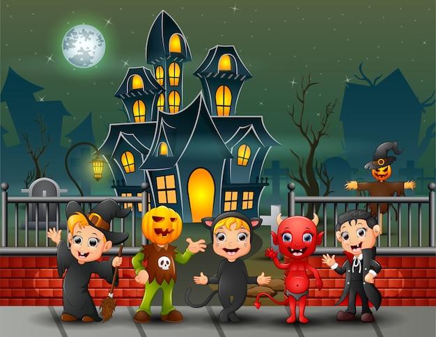 Crianças felizes dos desenhos animados no dia de halloween Vetor Premium