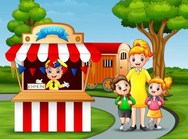Crianças felizes e seus pais se divertindo em um parque de diversões Vetor Premium