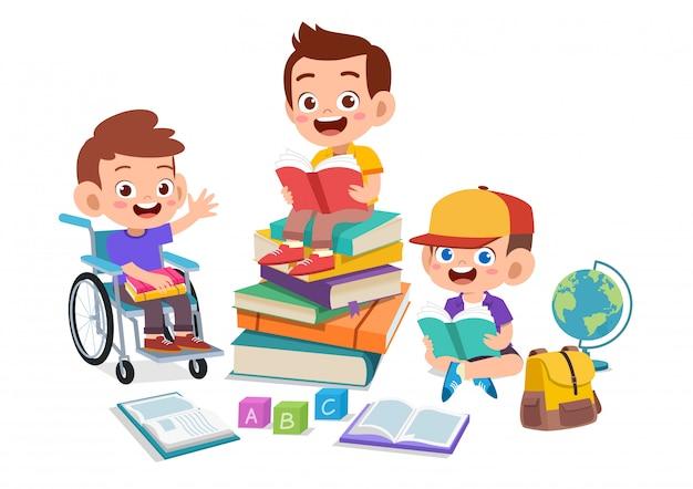 Crianças felizes estudando juntos Vetor Premium