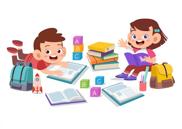 Crianças felizes, ler livros Vetor Premium