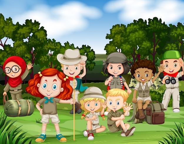 Crianças, hiking, em, a, madeiras Vetor grátis
