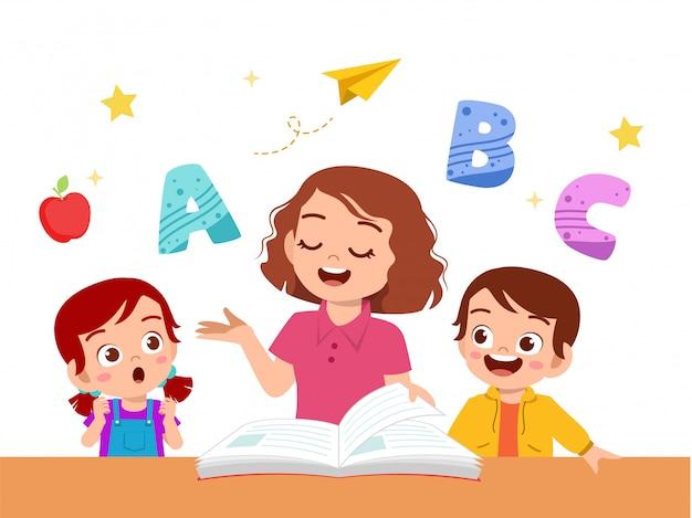 Crianças menino e menina estudam com professor Vetor Premium