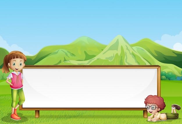 Crianças no campo com uma tabuleta larga e vazia Vetor grátis