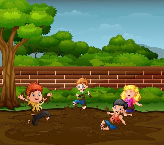 Crianças se divertindo brincando na lama Vetor Premium
