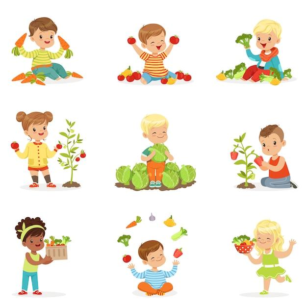 Crianças se divertindo e brincando com legumes, definido para. desenhos animados ilustrações coloridas detalhadas Vetor Premium