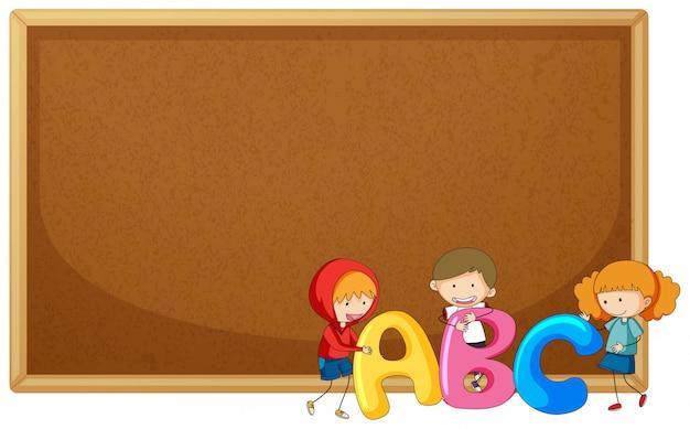 Crianças, segurando, abc, ligado, corkboard Vetor grátis