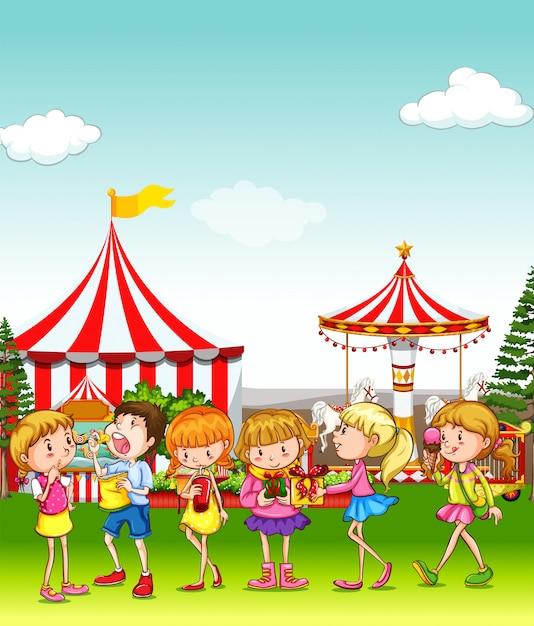 Crianças, tendo divertimento, em, a, parque divertimento Vetor grátis