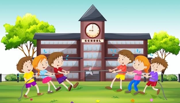 Crianças, tocando, puxão guerra, em, escola Vetor grátis
