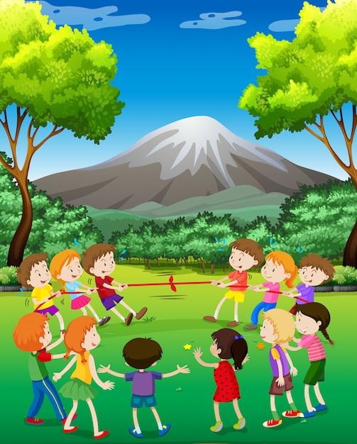 Crianças, tocando, puxão-o-guerra, parque Vetor grátis