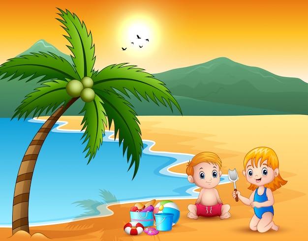 Cute, menininha, e, menino, jogando areia, ligado, praia Vetor Premium