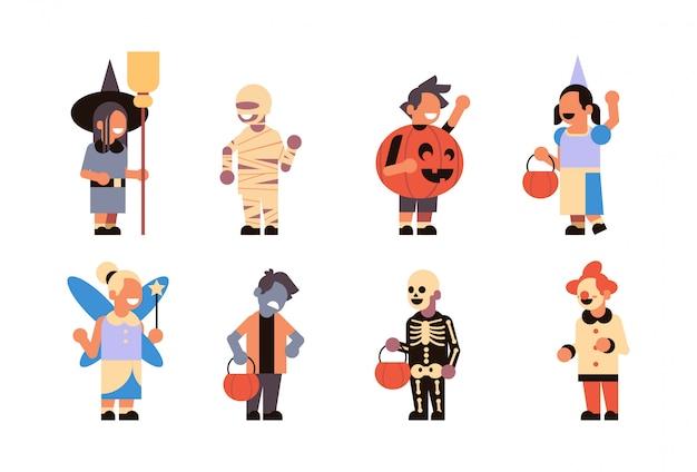 Definir diferentes filhos bonitos usam traje de monstros feliz dia das bruxas Vetor Premium