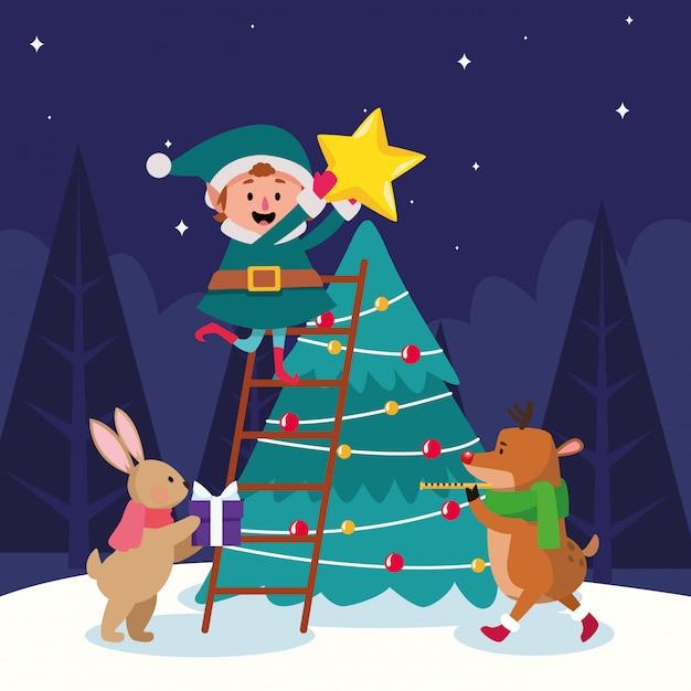 Desenhos animados duende de natal e animais em torno da árvore de natal durante a noite de inverno, colorido, ilustração Vetor Premium