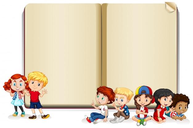Design de banner em branco com crianças felizes Vetor grátis