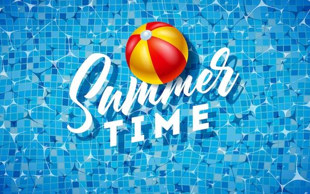Design de verão com bola de praia na água na piscina de azulejos Vetor Premium