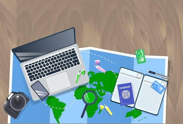 Desktop do viajante com portátil, mapa, câmera da foto e conceito do planeamento de férias da opinião superior do passaporte Vetor Premium