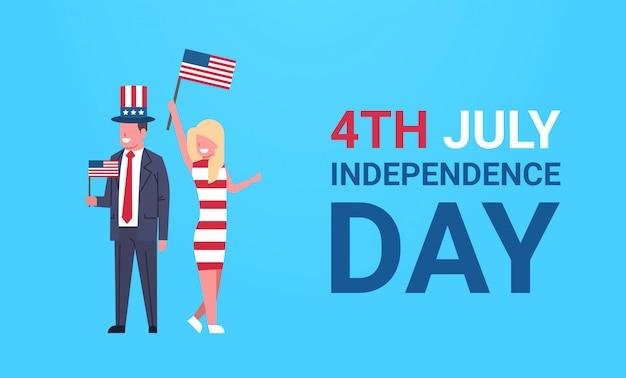 Dia da independência 4 de julho casal homem mulher roupas tradicionais bandeira dos eua comemorando boné sobre parede azul, horizontal e horizontal comprimento total Vetor Premium