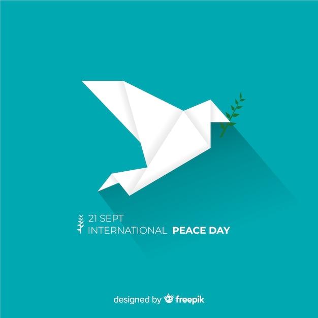 Dia da paz composição com origami pomba branca Vetor grátis