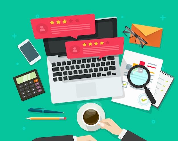 Discursos de bolha de avaliações de comentários ou depoimentos no computador portátil e trabalhando ilustração de vetor de vista superior de mesa em estilo cartoon plana Vetor Premium