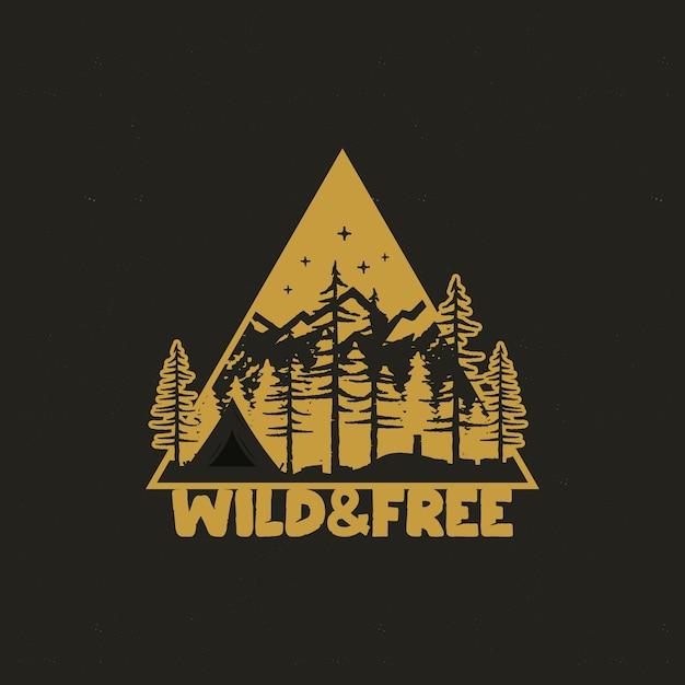 Distintivo de viagem desenhada de mão com barraca de acampamento, montanhas, floresta de pinheiros. Vetor Premium