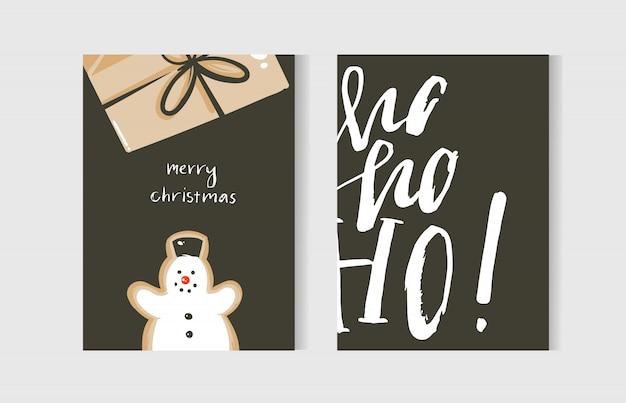 Divertidos desenhados à mão cartões de coon do feliz natal com ilustrações fofas, caixa de presente surpresa, boneco de neve e texto manuscrito de caligrafia moderna em fundo branco Vetor Premium
