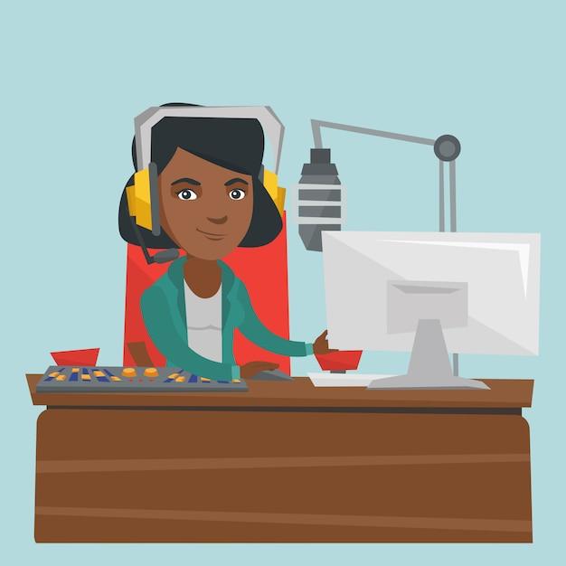 Dj afro-americano fêmea novo que trabalha no rádio. Vetor Premium