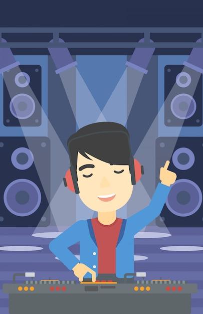 Dj sorridente misturando música em toca-discos. Vetor Premium