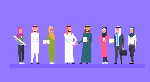Dois empresários árabes líderes aperto de mão sobre a equipe de empresários muçulmanos parceria e acordo conceito Vetor Premium