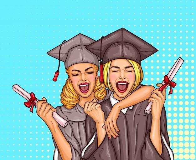 Dois estudantes de pós-graduação de pop art, excitados, graduados em um boné e capa de graduação com um diploma universitário em suas mãos Vetor grátis