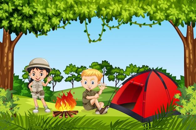 Dois filhos, acampar, em, a, madeiras Vetor Premium