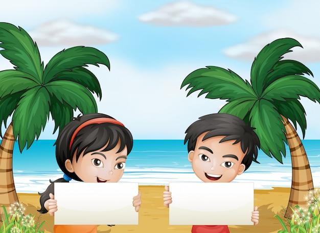 Dois filhos adoráveis na praia com placas vazias Vetor grátis