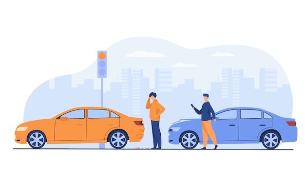 Dois homens tendo acidente de carro isolado ilustração vetorial plana. pessoas dos desenhos animados olhando para os danos do automóvel. Vetor grátis