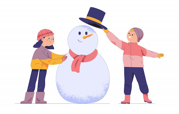 Dois meninos e uma menina jogam estátuas de bolas de neve durante as férias e o inverno Vetor Premium