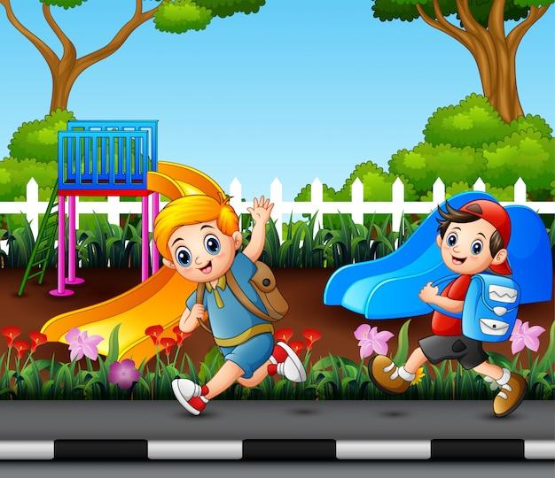Dois meninos vão para a escola através da estrada do parque Vetor Premium