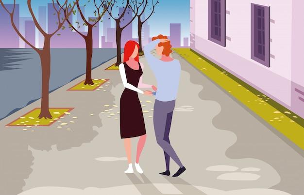 Duas pessoas apaixonadas, andando na cidade Vetor Premium