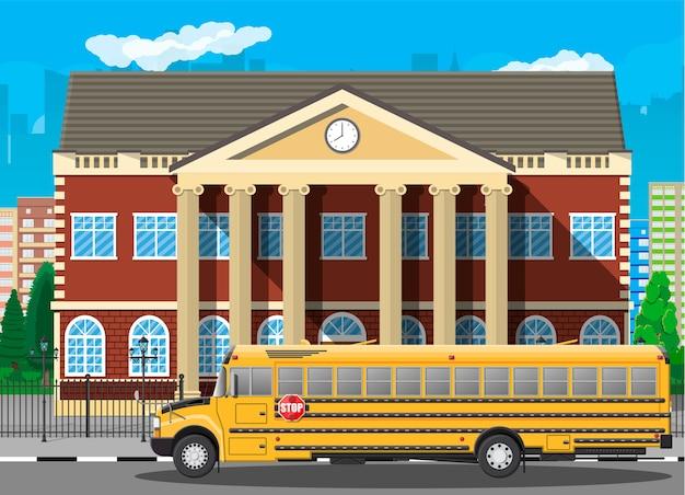 Edifício da escola clássica e paisagem urbana. fachada de tijolos com relógios. instituição educacional pública e ônibus. organização de faculdade ou universidade. árvore, nuvens, sol. Vetor Premium
