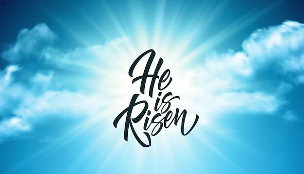 Ele ressuscitou letras contra um fundo de nuvens e sol. plano de fundo para parabéns pela ressurreição de cristo. ilustração vetorial eps10 Vetor grátis