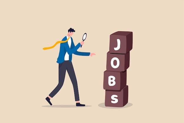 Em busca de emprego, recrutamento ou oportunidade para o candidato encontrar o emprego e o empregador certos, empresário inteligente e desempregado usando lupa para olhar para uma pilha de caixas com a palavra empregos. Vetor Premium