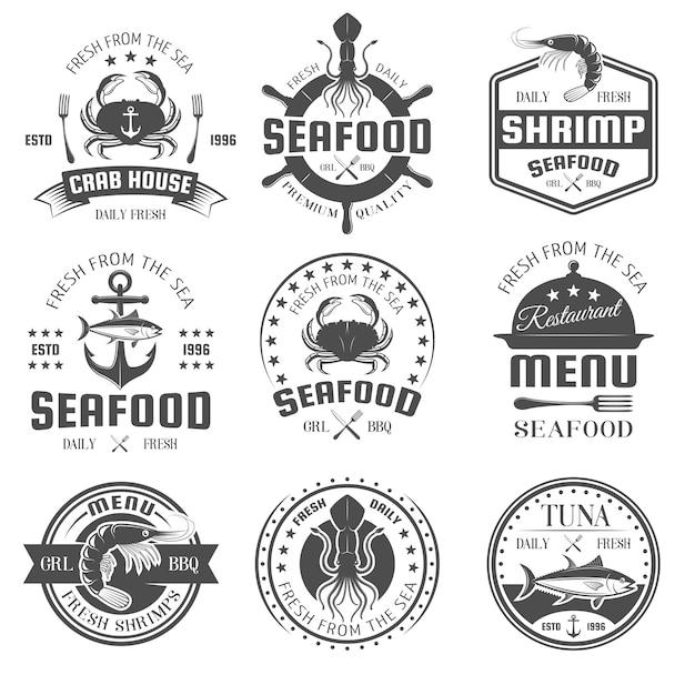 Emblemas de restaurante branco preto de frutos do mar com talheres de símbolos náuticos de produtos marinhos e ilustração vetorial de prato isolado Vetor Premium