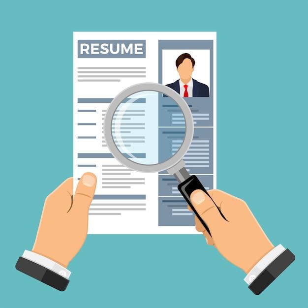 Emprego, recrutamento e conceito de contratação. recursos humanos da agência de empregos. mãos com currículo e lupa do candidato a emprego. Vetor Premium