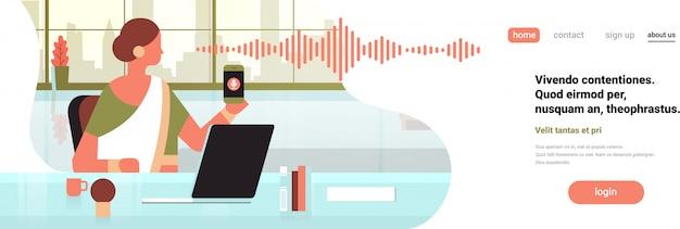 Empresária indiana segurar telefone inteligente banner Vetor Premium