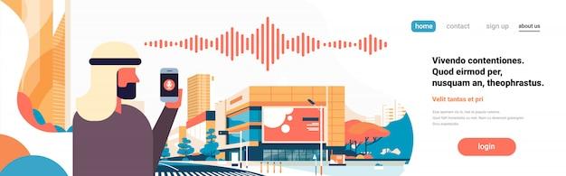 Empresário árabe espera telefone inteligente voz assistente pessoal reconhecimento ondas sonoras Vetor Premium