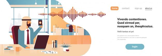 Empresário árabe segurar telefone inteligente banner Vetor Premium