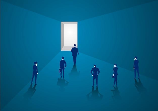 Empresário caminha para a frente, indo para a luz brilhante, representando o sucesso no futuro conceito Vetor Premium