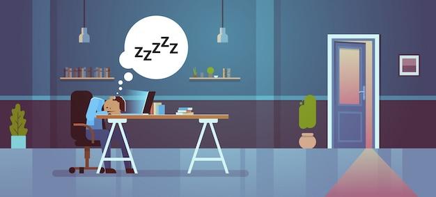 Empresário cansado dormindo no local de trabalho Vetor Premium